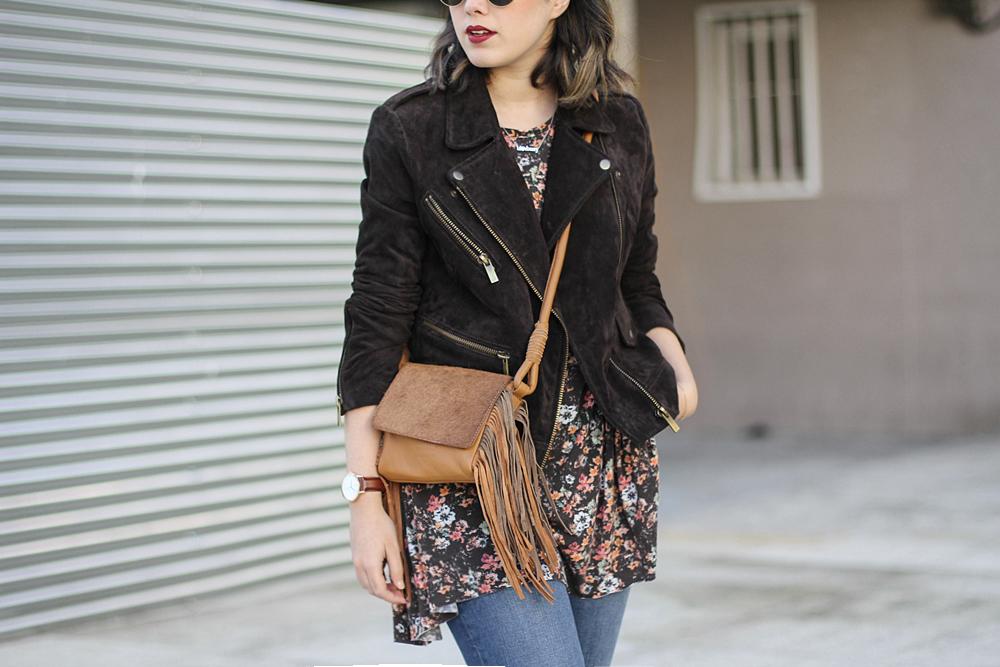 chaqueta de piel marrón y bolso de flecos myblueberrynightsblog