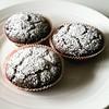 Muffins vegani al doppio cioccolato, burro di noccioline e aroma di caffè.