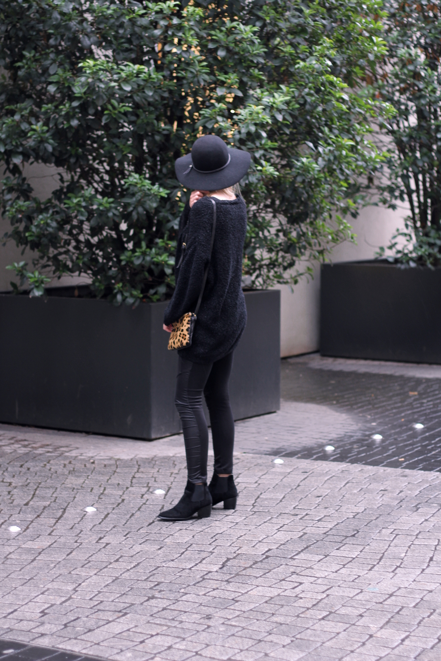 outfit-midsummer-black-silouette-girl-woman-fashionblogger-frankfurt-chelsea-boots-all-leopard-print-special