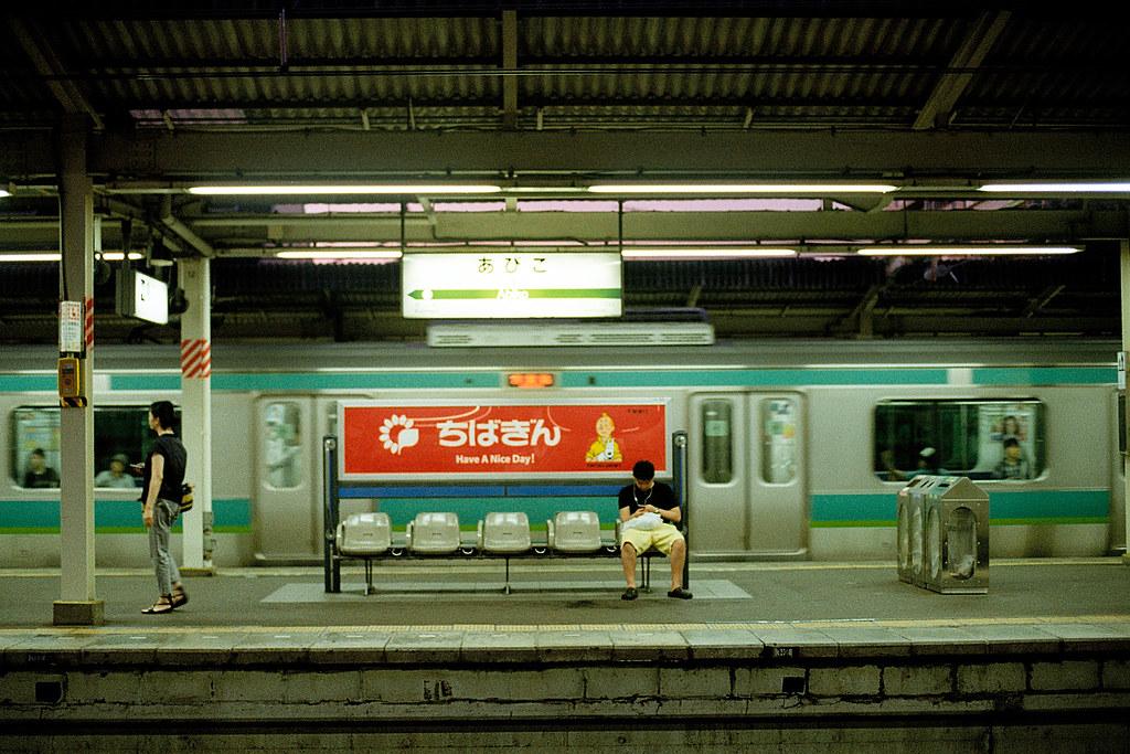"Have a nice day ... Abiko Station (我孫子駅, Abiko-eki) 2015/08/05 離開千葉後就過來我孫子市,只是沒想到這裡沒有任何一間旅館,也是我來這裡第一個晚上就睡外面的長椅。  Nikon FM2 / 50mm Kodak ColorPlus ISO200  <a href=""http://blog.toomore.net/2015/08/blog-post.html"" rel=""noreferrer nofollow"">blog.toomore.net/2015/08/blog-post.html</a> Photo by Toomore"