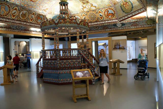 Reconstitution d'une synagogue très colorée