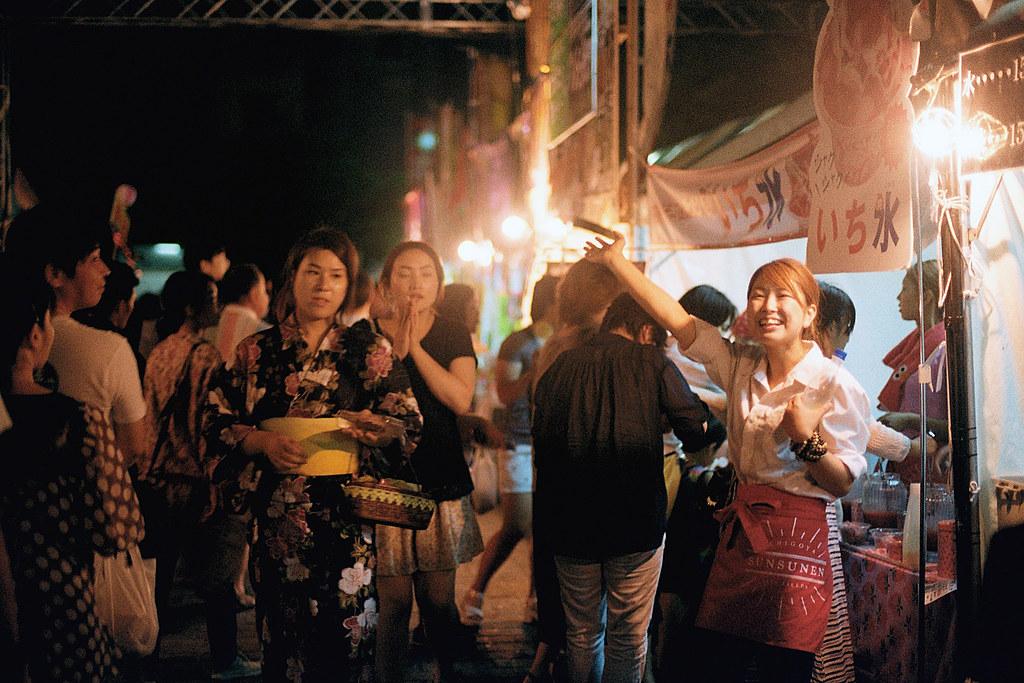 """七夕祭 仙台 Sendai 2015/08/07 東日本流浪時,在仙台停留一個晚上,仙台市政府前廣場有七夕祭活動,我拿著相機拍一些畫面,這個女生我記得她喊到沙啞快沒聲音了,我還是稍微躲在後面一點點的地方拍她。現在看底片紀錄,那時候竟然拿 ISO200 的拍,如果沒記錯的話,我應該是光圈全開!總之那時候現場很熱鬧,前方舞台也有表演。後來多來幾次日本後,發現他們很喜歡辦這樣模式的活動,吃吃喝喝看表演。  Nikon FM2 / 50mm Kodak ColorPlus ISO200  <a href=""""http://blog.toomore.net/2015/08/blog-post.html"""" rel=""""noreferrer nofollow"""">blog.toomore.net/2015/08/blog-post.html</a> Photo by Toomore"""