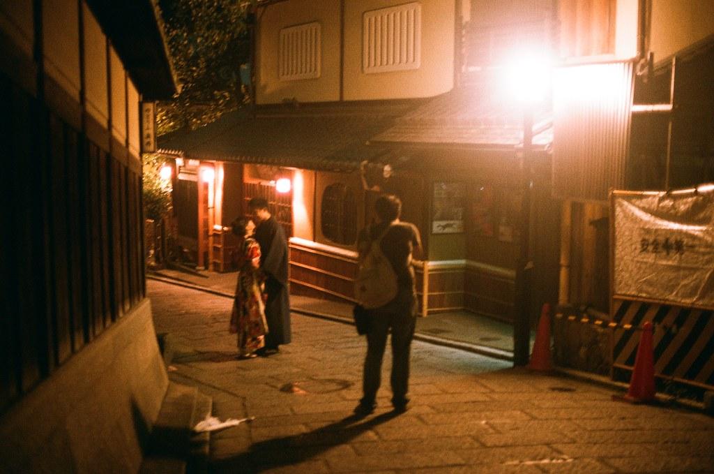 清水寺 夜間 京都 Kyoto 2015/09/24 看到一對新人在這裡拍照,有點羨慕!如果身邊有個人可以入鏡拍的話有多好。  這一天晚上沒有直接回到住的地方,而是跑來拍晚上的清水寺,因為沒有夜間參拜的關係,這裡太陽下山後店家就打烊了,整條路上就這樣安安靜靜的,我記得那時候才剛過晚上七點而已。  Nikon FM2 Nikon AI Nikkor 50mm f/1.4S AGFA VISTAPlus ISO400 0951-0009 Photo by Toomore