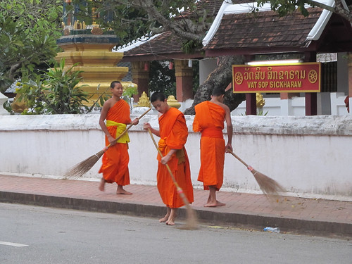 Luang Prabang: après l'aumône, la balayage