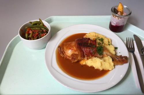 Baked Chicken leg with sage & bacon on red wine sauce & mashed potatoes with corn / Gebackene Hähnchenkeule mit Salbei & Schinken auf Rotweinjus & Kartoffel-Maispüree