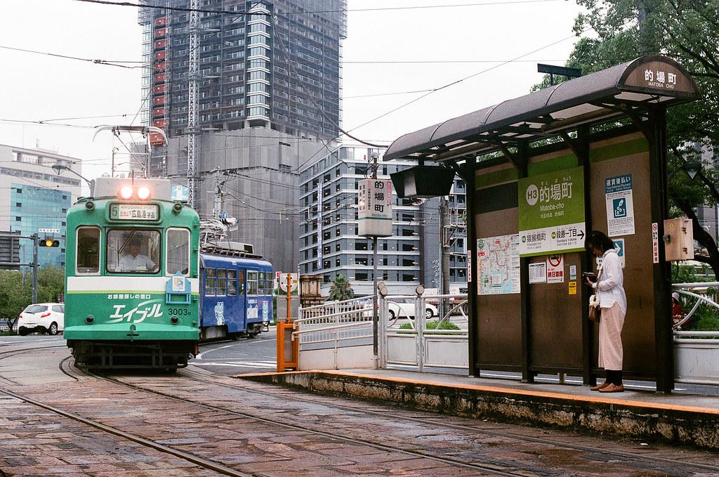 路面電車 広島 Hiroshima 2015/08/31 的場町其實有兩條路線,這條是要往南方的広島港。  Nikon FM2 / 50mm AGFA VISTAPlus ISO400 Photo by Toomore