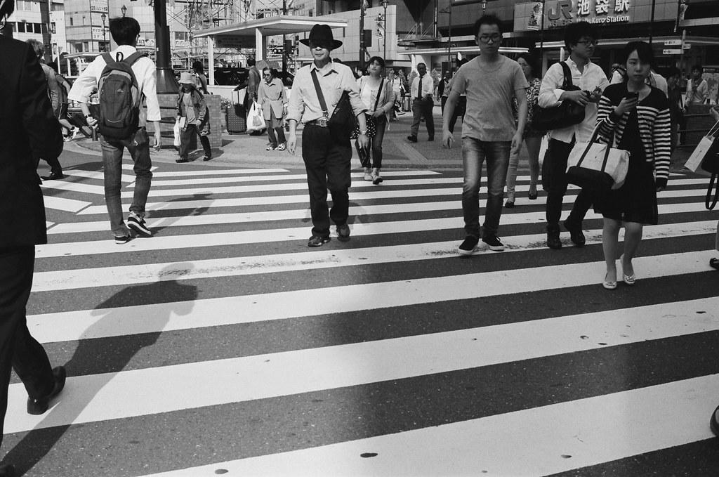 池袋 東京 Tokyo 2015/10/04 池袋這裡我就有一點點隨意街拍,本來想說一整卷黑白留給池袋西口公園的市集,但沒想到市集小小一個,一下就拍完了,剩下的底片就在這附近隨意拍拍。  Nikon FM2 Nikon AI AF Nikkor 35mm F/2D Kodak TRI-X 400 / 400TX 1274-0023 Photo by Toomore