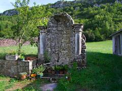 Le Mas d'Azil. Fontaine  à colonnes de Peyboué.