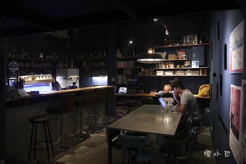 暗角咖啡 台北咖啡館 台北市咖啡店 深夜咖啡館 深夜食堂 古亭站附近咖啡店 手沖單品 貓飯 暗角咖啡地址 暗角咖啡營業時間 凌晨4點