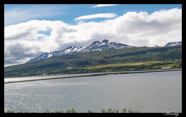 Puente en fiordo Eyjafjördur hacia Akureyri