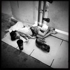 發現曼谷晚上路邊會有媽媽帶著小孩就在路邊乞討,跟熱鬧的夜生活是很強的對比。