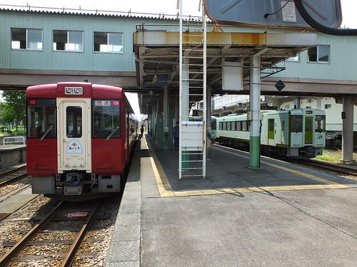 飯山駅に停車中のキハ110形 左側は「おいこっと」用車両