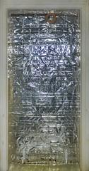 Done and ready: Weaving Loom, Kitchen Door covered with mirror made of envelopes of collectible cards. Fertig: Webstuhl und Spiegel Hintergrund, Unterlegung, sich auflösendes Raster: Kuverts von Sammelkarten auf der Tür Küche blau - Wohnzimmer maigrün