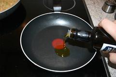 29 - Olivenöl in Pfanne erhitzen / Heat olive oi…