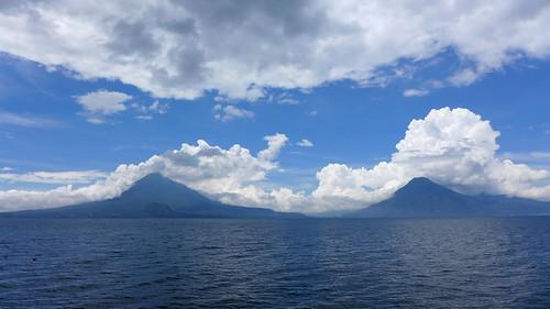 Lago Atitlan y los volcanes