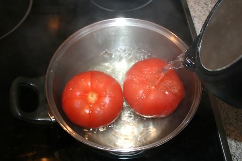 26 - Tomaten mit kochendem Wasser übergießen / Drain boiling water on tomatoes