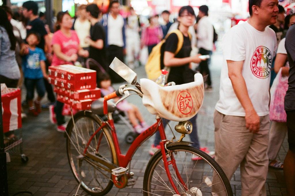 道頓崛 大阪 Osaka 2015/09/22 我進去裡面吃完餃子後出來看到門口這台腳踏車,可能是喝的有點醉,竟然沒對到焦!  Nikon FM2 Nikon AI Nikkor 50mm f/1.4S AGFA VISTAPlus ISO400 0946-0007 Photo by Toomore