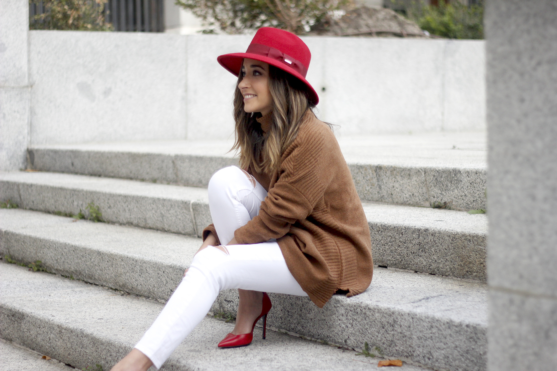 Turtleneck Sweater white jeans red heels red hat uterqüe outfit11