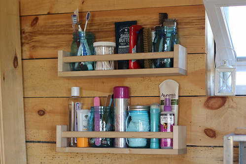 tiny-house-shelves-002