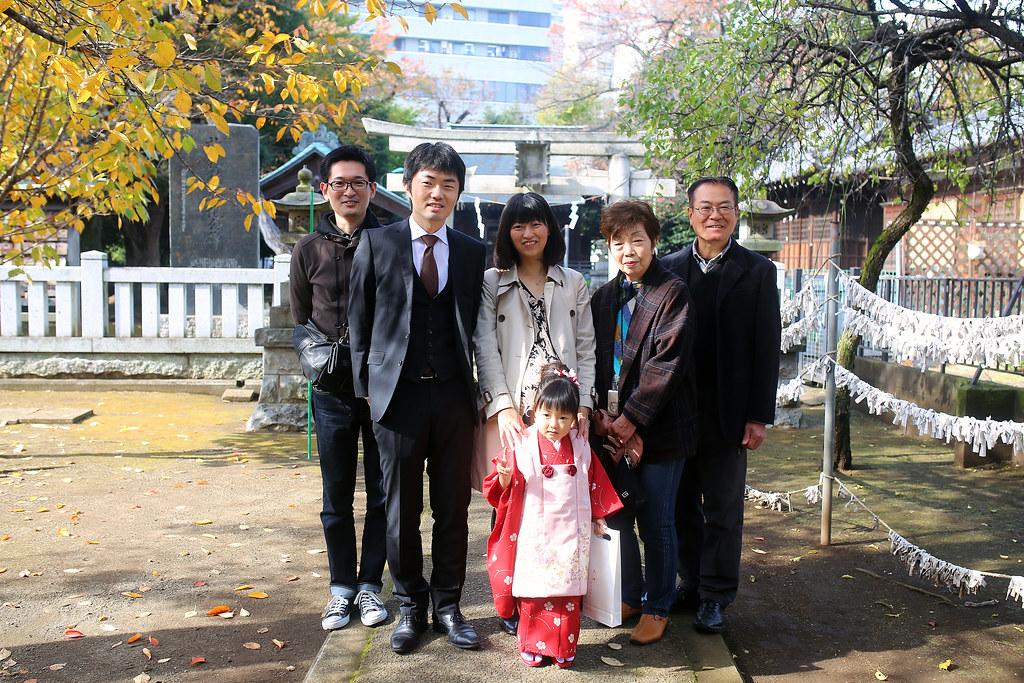北野神社 練馬区 Tokyo, Japan / Sigma 35mm / Canon 6D 去光丘那天剛好遇到日本的七五三節,好多家庭帶著小朋友到神社祈福。那時候我走到一間神社拍一下紀錄,有一家人希望我幫忙拍全家照。  那時候爸爸拿著相機講了日文,我只是點頭微笑,就把相機接過來拍。拍好了,我就舉起我的相機用簡單的英文說我想用我的相機拍,他們先是驚訝(原來我不是日本人),然後大笑!  這樣互動的感覺好好,我下次也想來嘗試看看與當地人互動什麼之類的!  Canon 6D Sigma 35mm F1.4 DG HSM Art IMG_9097 Photo by Toomore