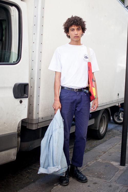 白Tシャツ×紺チノパン×黒ブーツ