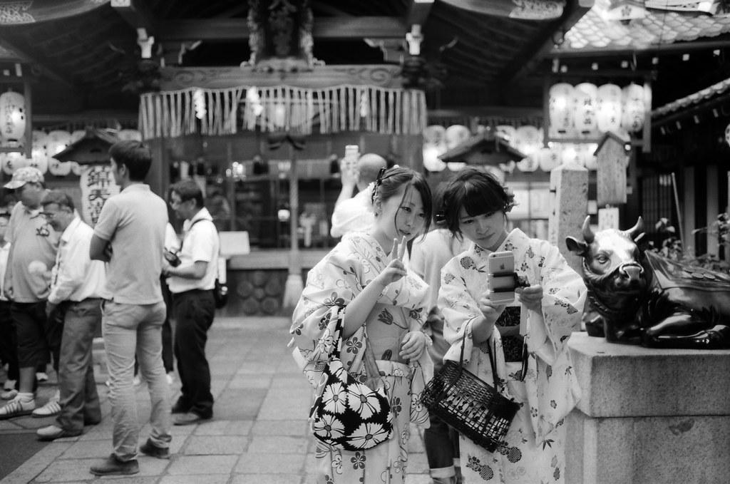 錦天満宮 京都 Kyoto 2015/09/29 走回鴨川的路上又經過錦天満宮,那時候裝的是黑白的底片,因此也進去拍了些畫面。  Nikon FM2 Nikon AI AF Nikkor 35mm F/2D Kodak 100 TMAX Professional ISO 100 1273-0019 Photo by Toomore