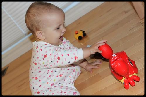 Bébé joue avec le Crabe attrape-moi vibrant Lil' Ocean Explorers de  Little Tikes™