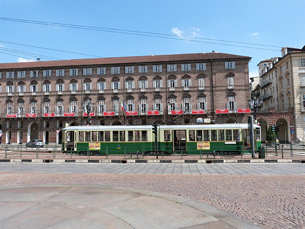 tramway devant l'opéra de turin