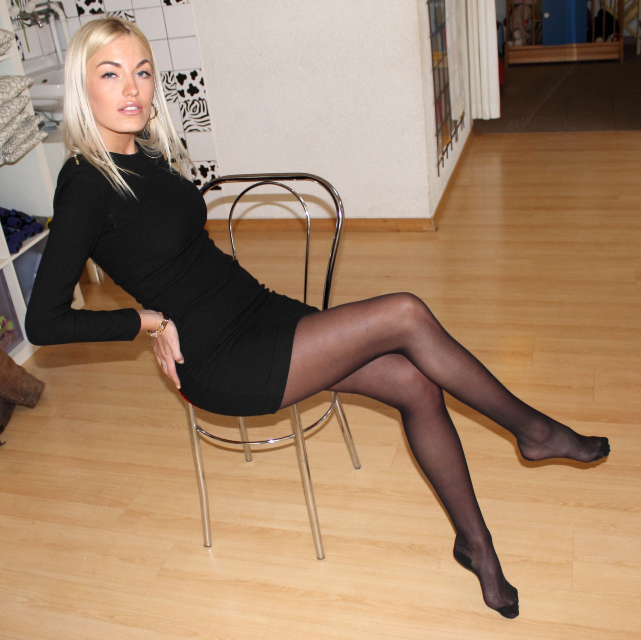 Blonde, barefoot and with black dress (I)