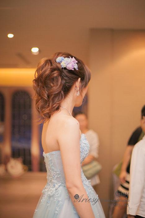 Giny,台北新娘秘書,Ariesy造型團隊,新秘推薦,台中展華花園會館,時尚造型,歐美線條盤髮,自然妝感,大小眼調整,鮮花造型
