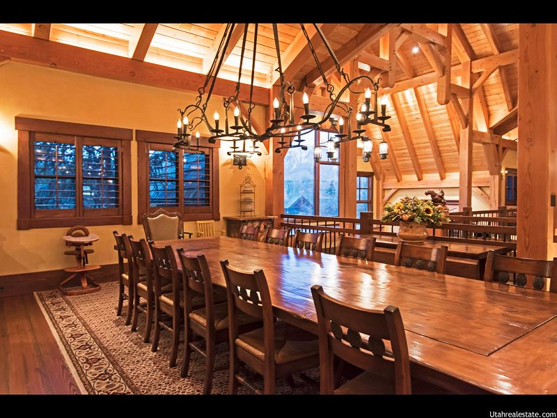 Большой деревянный стол в интерьере комнаты