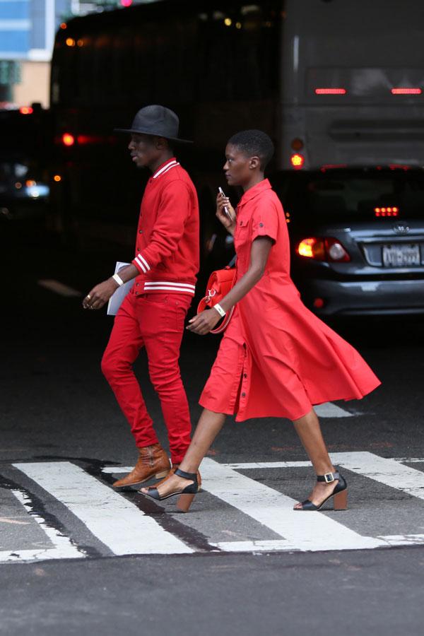 黒フロッピーハット×赤スタジャン×赤カラーパンツ×キャメルブーツ
