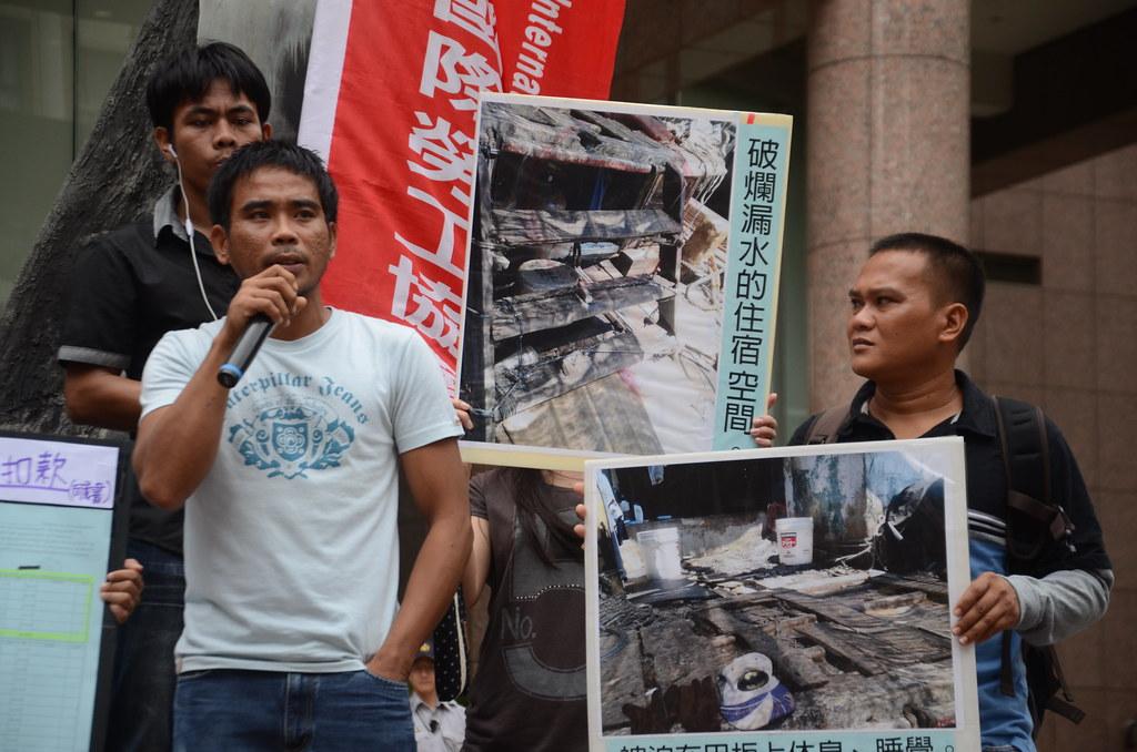 菲律賓籍漁工Joew(右)與Joril(左)控訴雇主提供膳宿品質低劣。(攝影:宋小海)
