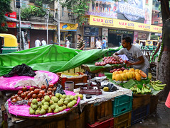 Street trader sell fruits outdoor in Kolkata, Indi…