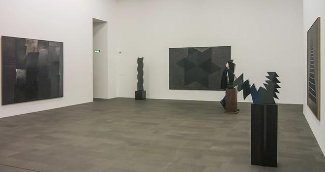Schwarze Marmorskulpturen und schwarze Acrylbilder, Heinz Mack