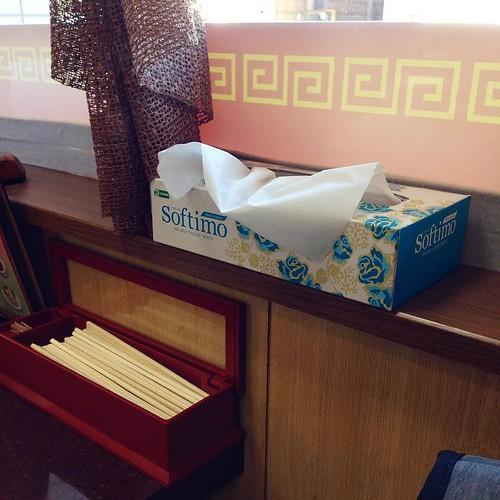 中華屋さんにはなぜかボックスティッシュが置いてある、あるある。