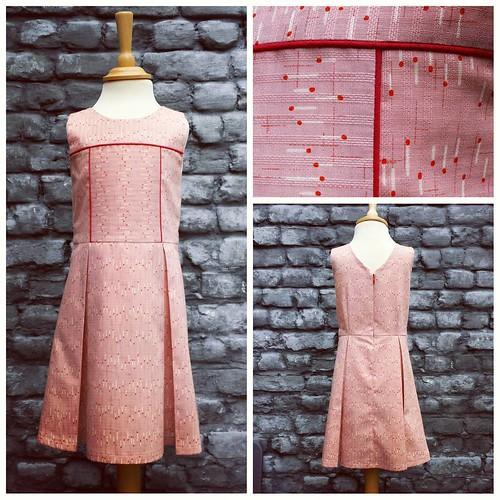 Ik 💕 die stof! Wat een heerlijkheid om mee te werken. Die weving, die subtiele glans, die print 😍 #sewing #pink #dress #red #piping #raystitch #japanesefabric