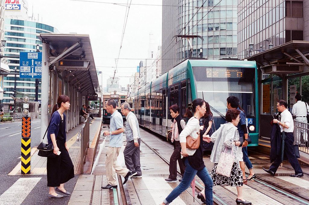 紙屋町西 広島 Hiroshima 2015/09/01 一張比較近一點的路面電車與行人穿越。  Nikon FM2 / 50mm Kodak UltraMax ISO400 Photo by Toomore