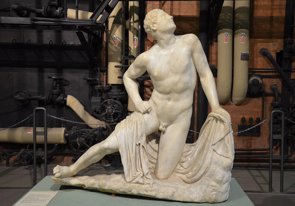 Statue d'un des fils de Niobé tué par Artemis et Apollon pour punir la Reine de Thebes de son affront fait aux Dieux. Au musée Centrale Montemartini à Rome. Photo de Carole Raddato