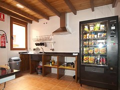 Cocina y Máquina Vending con Comida y Bebidas
