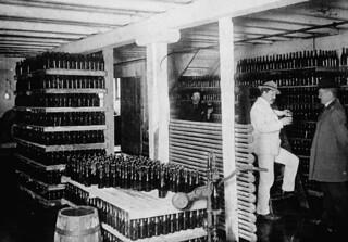 Interior of Molson's Newfoundland brewery / Intérieur de la Brasserie Molson à Terre-Neuve