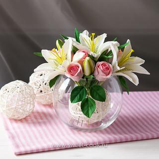 Цветочная композиция из лилий и роз