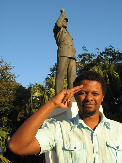 Azagaia on yksi Maputon kriittisistä räppäreistä. Taustalla presidentti Samora Machelin patsas. Kuva: Janne Rantala.