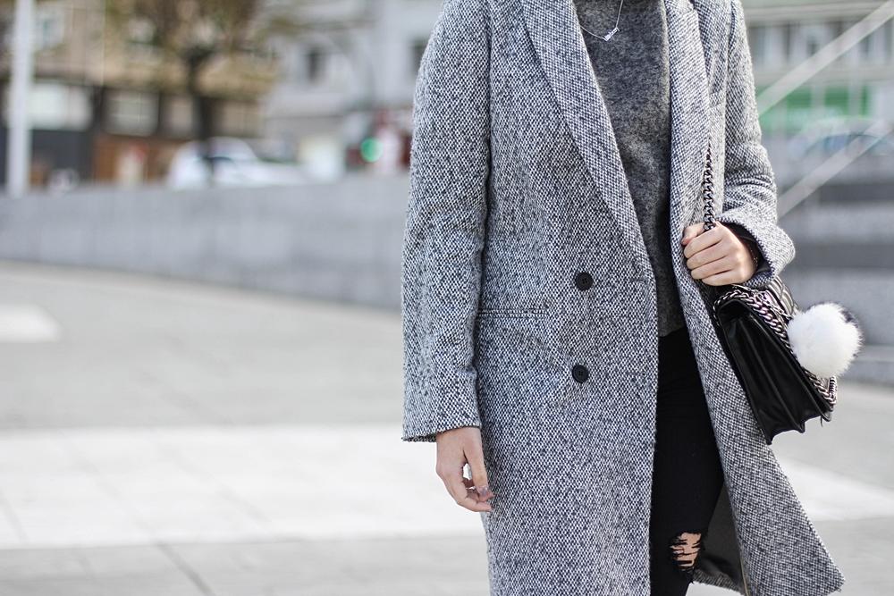 look con abrigo gris y pompom de parfois myblueberrynightsblog