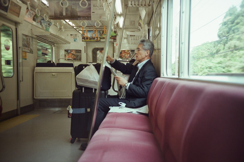 Tokyo, Japan / Fujifilm 500D 8592 / Lomo LC-A+ 這次總算盲拍也抓對距離了。  傳說中的電車大叔!我抓到你的畫面了!  但那時候有什麼重要新聞嗎?看的好認真!  Lomo LC-A+ Fujifilm 500D 8592 7394-0003 2016-05-21 Photo by Toomore