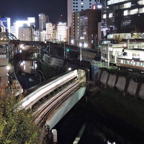 聖橋から神田川を見下ろすこの場所は、電車が複雑に交差する面白いフォトスポット。ニコンのコンデジで写真散歩、と。