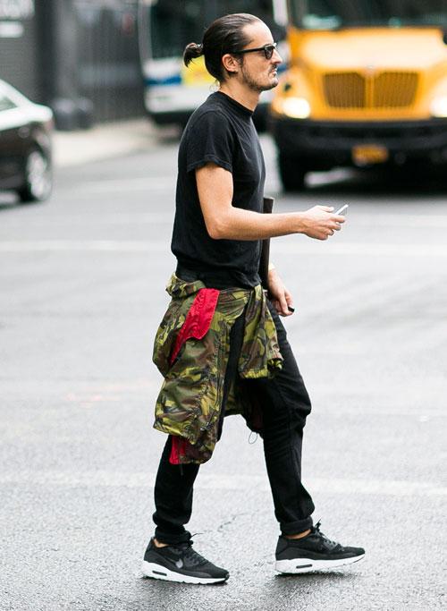 無地黒Tシャツ×黒パンツ×Nikeエアマックス90黒
