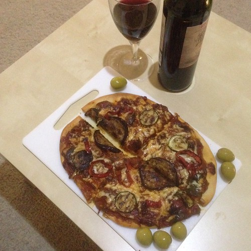 Mmm! Dinner yesterday evening. Hub made us a roasted vegetable pizza to share. 🍕🍷😋