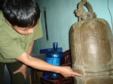 Chiếc chuông bí ẩn đang được lưu giữ tại công an xã Tân Phong.