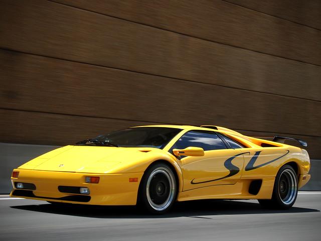 Желтый Lamborghini Diablo SV. 1995 – 1998 годы